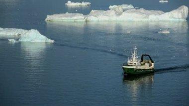 グリーンランド ディスコ湾で漁船 — ストックビデオ
