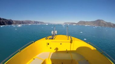 Boat floating in the ocean with icebergs — Stock Video