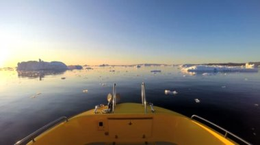 Boat floating in the ocean with melting icebergs — Stock Video