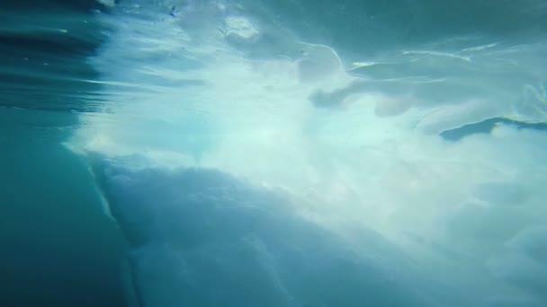 Superficie bajo el agua de deshielo glacial capa de hielo polar — Vídeo de stock