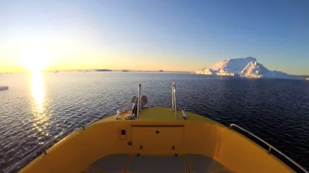 Barco flotando en el mar con icebergs de fusión — Vídeo de stock