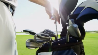 Profesyonel erkek golf oyuncu — Stok video