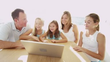 Parents with children using laptop — Wideo stockowe