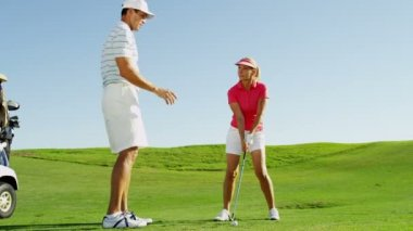 Man and woman playing golf — Stock Video
