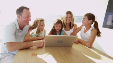 Parents with children using laptop — Stock Video