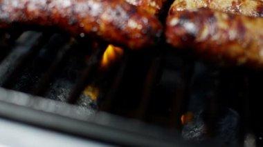 Salsichas para grelhar churrasco grelhados — Vídeo stock
