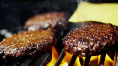 Beef cheese burgers on grill — Stock Video