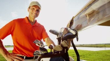 Professional male golf player and golf cart with equipment — Stock Video