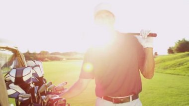 Golf player with golf clubs outdoors — Stock Video
