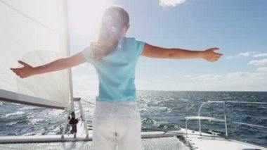 Young girl on luxury yacht in the ocean — ストックビデオ