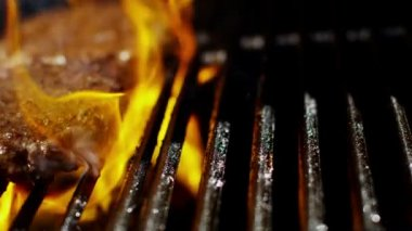 Beef burgers on flame grill — Stock Video