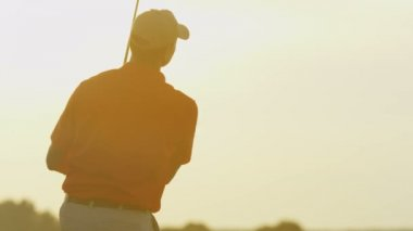 Professional male golf player playing on field — Stock Video