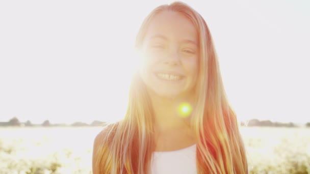 Sonriendo al aire libre en la niña en el Prado — Vídeo de stock