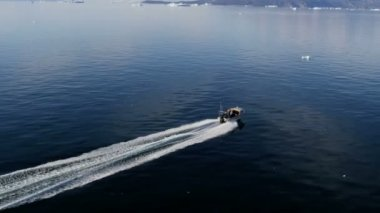 Speedboat floating on ocean waters — Stock Video