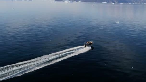 Speedboat floating on ocean waters — Vídeo de stock