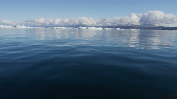 Disko Bay Groenlandia floating iceberg glacial — Vídeo de stock