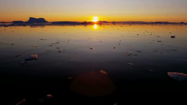Fiordo de témpanos de hielo deriva de Groenlandia — Vídeo de stock