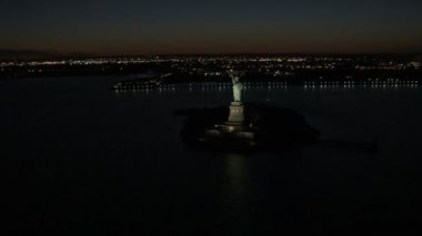 Verlichte New York Statue of Liberty — Stockvideo