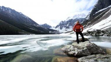 湖の氷堆石地区女性ハイカーを旅します。 — ストックビデオ