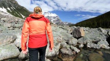 Female hiker travels in Lake Moraine area — Stock Video