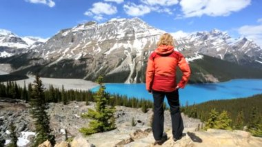 Female hiker in Icefield Parkway Canada — Stock Video