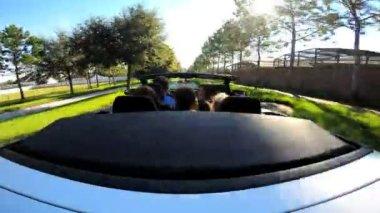 Семья собирается в отпуск в кабриолет — Стоковое видео