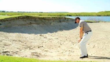 Mężczyzna golf gracz gry w golfa — Wideo stockowe