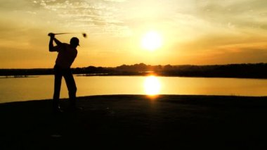 Male golf player playing golf — Stock Video