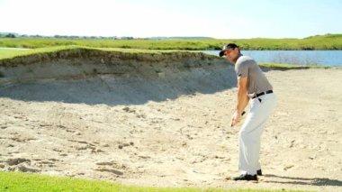 Jugador de golf hombre jugando al golf — Vídeo de Stock