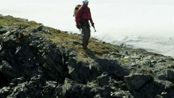 Escalador viaja en las montañas de glaciar de Alaska — Vídeo de stock