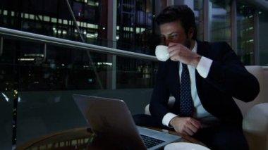 Arabic businessman working on laptop at night — Stock Video