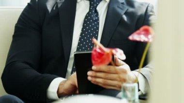 Homem de negócios usando tablet digital — Vídeo stock