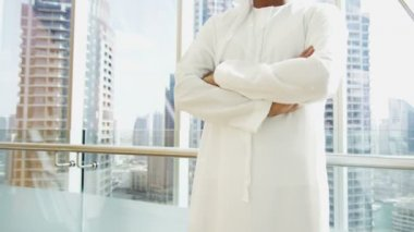 Arabic businessman in traditional dress — Stock Video