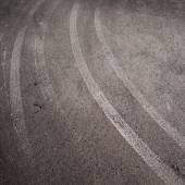 Колеса печатают на дороге — Стоковое фото