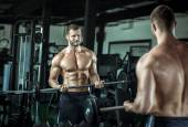Man doing weight lifting in gym — Foto Stock