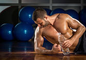 Man lying on gym floor — Stock Photo