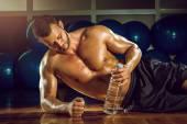 Hombre acostado en el piso del gimnasio — Foto de Stock