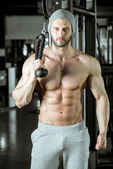 Man doing rope extension exercise — Stock Photo