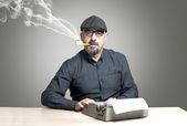 The man writing on typewriter — 图库照片