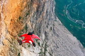 Wingsuit B.A.S.E. jumper jumps off a cliff in Italy — Foto de Stock