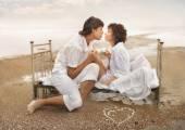 Couple amoureux sur le bord de mer — Photo