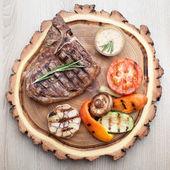Partie de barbecue t-bone steak avec sauce et légumes grillés — Photo