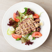 Fresh beef salad with lettuce, tomatoes, boiled eggs, mustard sa — Stock Photo