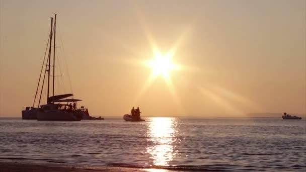 Bateaux silhouette au coucher du soleil, dans la ria zones humides formosa, paysage de la région de conservation naturelle, algarve, sud du portugal. — Vidéo