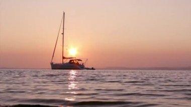 Tekneler siluet, günbatımı, ria formosa sulak, doğal koruma bölge peyzaj, algarve, Güney Portekiz. — Stok video