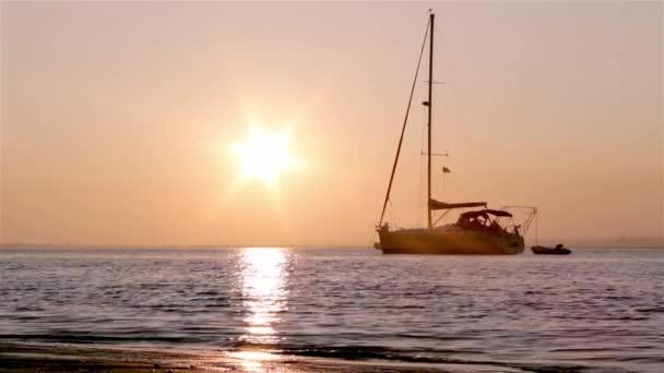 Barcos silueta al atardecer, ria formosa humedales, paisaje de la región de conservación natural, algarve, sur de portugal. — Vídeo de stock