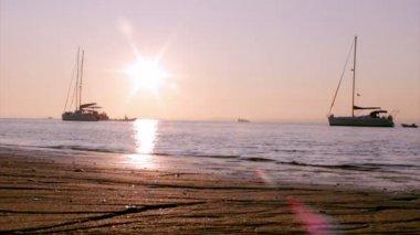 Lodě a lidé silueta při západu slunce — Stock video