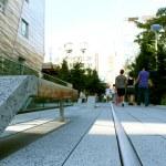 High Line statue. New York City. Elevated pedestrian Park — Stock Photo #59994901