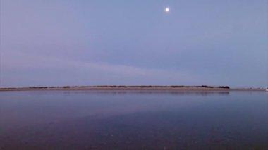 Paisaje de Fuseta, en región de conservación natural de humedales de Ría Formosa, Algarve, sur de Portugal. — Vídeo de Stock