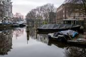 Inverno de manhã cedo vista sobre cidade canais de Amesterdão. — Fotografia Stock